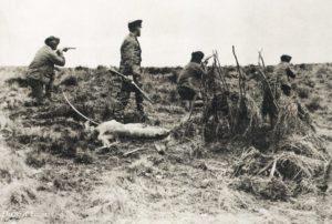 Popper e seus matadores. No centro um selk'nam morto.